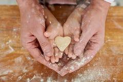 Cuisson des traditions avec amour par des générations image libre de droits