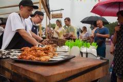 Cuisson du barbecue au festival de la nourriture de rue Photographie stock