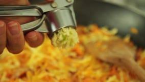 Cuisson du Bolonais de spaghetti dans la cuisine banque de vidéos