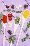 Cuisson du concept épicé chaud de nourriture Épices sèches, haricots et herbes dans la tasse en plastique, pot en verre avec du l photographie stock
