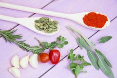 Cuisson du concept épicé chaud de nourriture Épices sèches, haricots et herbes dans la tasse en plastique, pot en verre avec du l images libres de droits