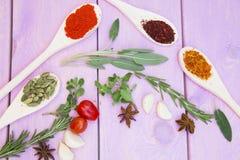 Cuisson du concept épicé chaud de nourriture Épices sèches, haricots et herbes dans la tasse en plastique, pot en verre avec du l photos stock