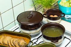 Cuisson du déjeuner dans la cuisine Photo stock