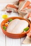 Cuisson du dîner, du blanc de poulet avec la peau et des légumes pour le baki image stock