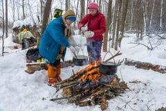 Cuisson du dîner sur un feu dans un voyage de ski, le 22 février 2016 Photo stock