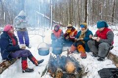 Cuisson du dîner sur un feu dans un voyage de ski, le 22 février 2016 Images stock
