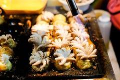 Cuisson du feu et x28 ; Burning& x29 ; pour et x22 ; Bébé Octopus& x22 ; dans des boules de Japonais de Takoyaki image libre de droits