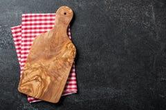 Cuisson du fond avec la serviette de planche à découper et de cuisine Image stock