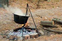 Cuisson du gruau dans une cocotte en terre sur le feu Photo stock