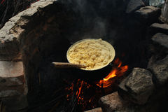 Cuisson du mamaliga traditionnel Photographie stock