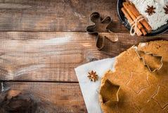 Cuisson du pain d'épice fait maison Photos stock