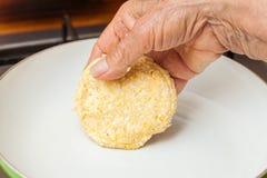 Cuisson du pain de maïs sur une casserole Photographie stock libre de droits