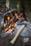 Cuisson du petit déjeuner au terrain de camping Image libre de droits