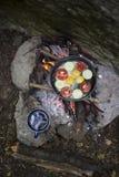 Cuisson du petit déjeuner au terrain de camping Photos libres de droits