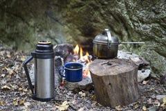 Cuisson du petit déjeuner au terrain de camping Image stock