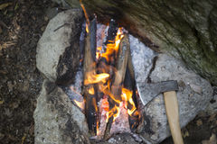Cuisson du petit déjeuner au terrain de camping Photos stock