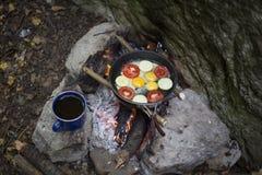 Cuisson du petit déjeuner au terrain de camping Images stock