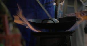 Cuisson du plat dans le wok sur le feu ouvert, la Thaïlande clips vidéos