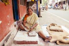 Cuisson du poori indien de nourriture de rue dans Kochi, le Kerala Images stock
