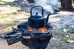 cuisson du pot noir chaud soupe de ébullition sur le fourneau brûlant du feu photo libre de droits