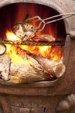 Cuisson du poulet dans un four de BBQ Photographie stock libre de droits