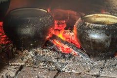 Cuisson du repas traditionnel dans le four à sole Image stock