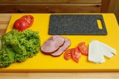 Cuisson du sandwich Tous les ingradients pour faire cuire le sandwich préparé sur la table en bois image stock