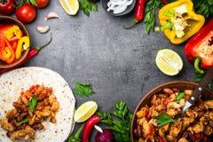 Cuisson du taco mexicain avec des haricots et des légumes de viande Images libres de droits