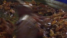 Cuisson du thailandais thaïlandais traditionnel authentique de protection de plat au marché asiatique de nuit de rue cuisine de l clips vidéos