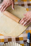 Cuisson et concept à la maison - fermez-vous des mains masculines malaxant la pâte Photo libre de droits
