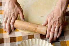 Cuisson et concept à la maison - fermez-vous des mains masculines malaxant la pâte Photo stock