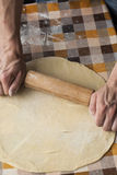 Cuisson et concept à la maison - fermez-vous des mains masculines malaxant la pâte photographie stock libre de droits