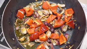 Cuisson faisant frire des légumes dans le wok clip Chef faisant frire l'oignon blanc coupé Faire frire oning coupé dans la casser clips vidéos
