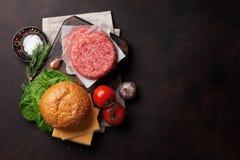 Cuisson faite à la maison grillée savoureuse d'hamburgers Photographie stock libre de droits