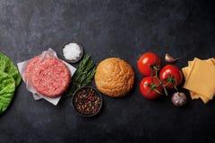 Cuisson faite à la maison grillée savoureuse d'hamburgers Image stock