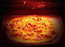 Cuisson faite maison de pizza dans le four électrique Orientation molle Photo stock