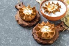 Cuisson karélienne traditionnelle, kalitki de guichets de tartes de seigle photo libre de droits
