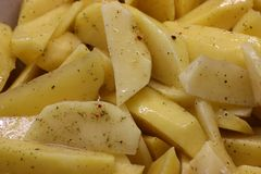 Cuisson, nettoyage, coupant et marinant de pomme de terre utilisation d'huile et d'assaisonnements coupez en tranches et faites c image libre de droits