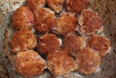 Cuisson, nourriture Boulettes de viande frites sur la casserole procédé de cuisson fait maison vieille casserole de vintage Boule Photographie stock libre de droits