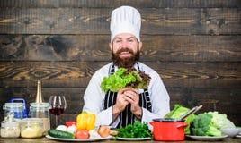 Cuisson saine Salade végétarienne avec les légumes frais Cuisson saine de nourriture Hippie mûr avec la barbe dieting photographie stock libre de droits