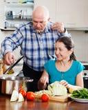 Cuisson supérieure de couples   dans la cuisine Image libre de droits