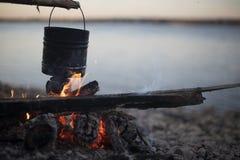 cuisson sur un feu de camp en plein air photographie stock libre de droits