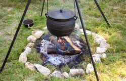 Cuisson traditionnelle de feu de camp Image stock