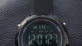 Cuisson verticale sur la montre intelligente sur le cuir noir banque de vidéos