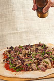 Cuit au four, artisan, pizza faite maison, ingrédients organiques de propagation sur la pâte déroulée 12 Images libres de droits