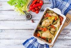 Cuit au four, régime et sain un filet de poulet avec des légumes photo stock