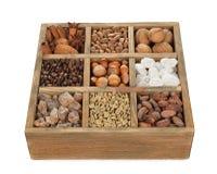 Cukier, kawa i dokrętki w drewnianym pudełku, obraz royalty free