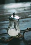 Cukier w szklanym słoju na drewnianym tle Fotografia Royalty Free