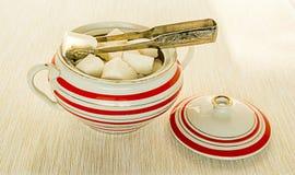 Cukier w tongs i cukierniczce Obrazy Royalty Free