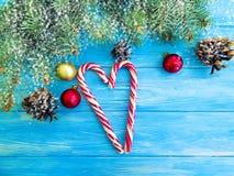 Cukierek, śnieżnej garbek ramy sezonowy tradycyjny powitanie na drewnianym tle, choinka obraz royalty free
